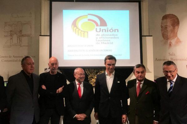 Juan Bautista junto al Embajador de Francia en España y varios aficionados que le rindieron homenaje