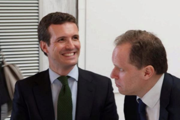Pablo Casado, junto al economista Daniel Lacalle, en un acto del PP.