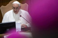 El Papa ofrece un discurso en una reunión de la Conferencia Episcopal.