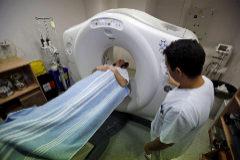 Un paciente haciéndose una tomografía computerizada de alta definición en Valencia