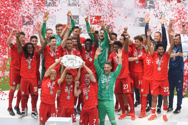 TOPSHOT - (Front row, L to R) Bayern Munich's Dutch midfielder Arjen <HIT>Robben</HIT>, Bayern Munich's Brazilian defender Rafinha and Bayern Munich's French midfielder Franck Ribery lift the trophy as Bayern Munich players celebrate after the German First division Bundesliga football match FC Bayern Munich v Eintracht Frankfurt in Munich, southern Germany, on May 18, 2019. (Photo by Christof STACHE / AFP) / DFL REGULATIONS PROHIBIT ANY USE OF PHOTOGRAPHS AS IMAGE SEQUENCES AND/OR QUASI-VIDEO