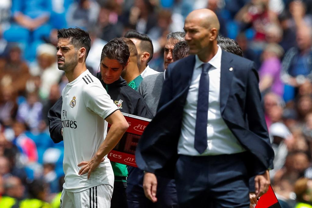 GRAF4048. MADRID.- El entrenador del Real Madrid Zinedine Zidane durante el partido ante el Betis, de la trigésima octava jornada de LaLiga que se disputa esta mañana en el estadio Santiago <HIT>Bernabéu</HIT>.