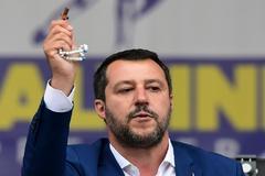 Matteo Salvini, muestra un rosario en un mitin para las elecciones europeas.