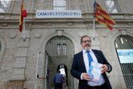 El director de Casa Mediterráneo, Javier Hergueta, con uno de los ejemplares de 'Samira en las dos orillas', el libro que marca su lanzamiento editorial.