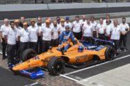 Alonso, con todo todo su equipo en Indianápolis.
