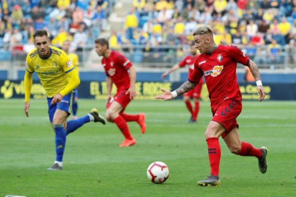 GRAF4346. CÁDIZ. El delantero de <HIT>Osasuna</HIT>, Brandon (d), conduce el balón durante el encuentro correspondiente a la jornada 39 de segunda división que han disputado frente al Cádiz en el estadio Ramón de Carranza en la capital gaditana.