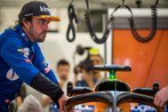Alonso, en el garaje de McLaren, el pasado abril en Bahrein.