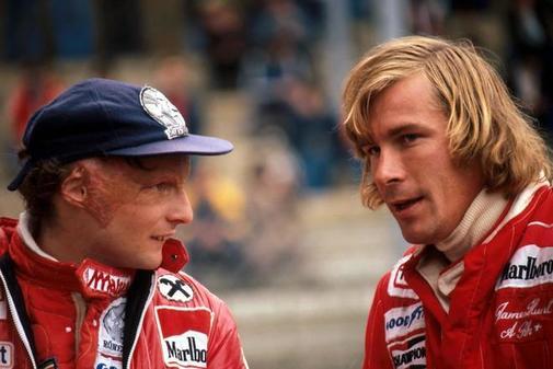 Niki Lauda, a la izquierda, y James Hunt, conversan tras el Gran...