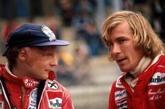 Niki Lauda, a la izquierda, y James Hunt, conversan tras el Gran Premio de Bélgica de 1977.