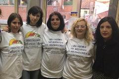 La detenida  también aparece en la foto de Infancia Libre con miembros de Podemos en el Senado.