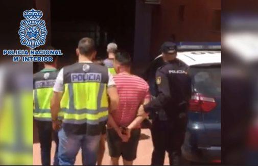 Los arrestados, custodiados por la Guardia Civil.