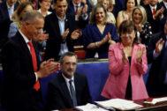 Manuel Cruz, aplaudido por los senadores socialistas tras ser elegido presidente de la Cámara Alta.