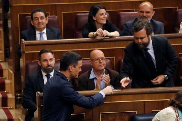 Iván Espinosa de los Monteros saluda a Pedro Sánchez en la sesión constitutiva del Congreso.