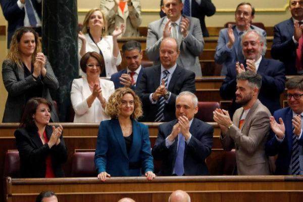 Meritxell Batet, aplaudida por los diputados socialistas tras ser elegida presidenta del Congreso.
