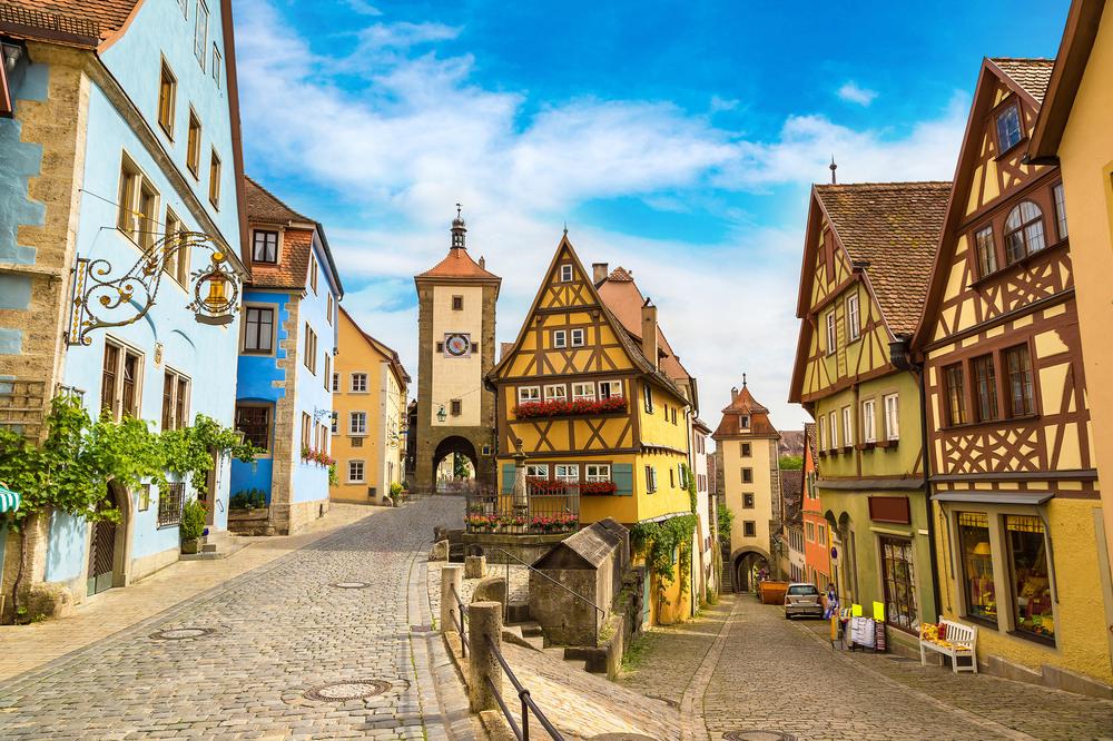 Mientras se desperezaba el siglo XII, una pequeña ciudad alemana germinaba junto a los muros del imponente castillo del primer rey de la dinastía Hohenstaufen, Conrado III. La fortaleza se alzaba en un enclave estratégico, al ser el punto en el que se entrecruzaban varias rutas comerciales europeas. Fue así como Rotemburgo ob der Tauber prosperó hasta llegar a convertirse en la segunda ciudad más grande de Alemania a comienzos del siglo XV. Sin embargo, la terrible Guerra de los 30 Años (1618-1648) trajo consigo destrucción y pobreza, sumiendo a la urbe en un profundo letargo.