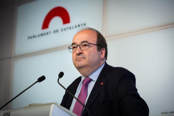 El líder del PSC, Miquel Iceta, ofrece declaraciones a los medios de comunicación en el Parlament