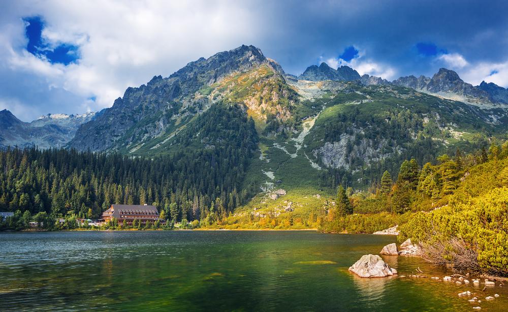 Un paisaje mítico de retorcidos picos y cascadas donde los árboles...