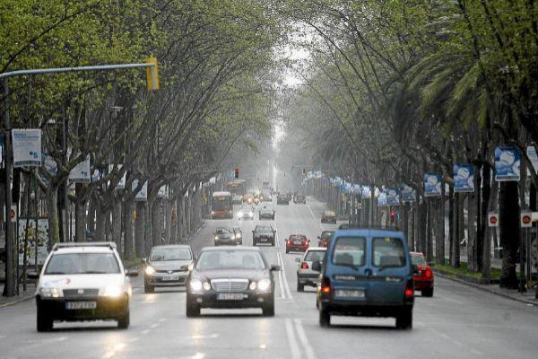 Tráfico en la vía central de la avenida Diagonal de Barcelona.