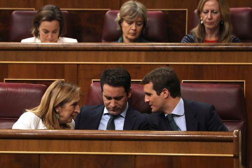 Pablo Casado, con Teodoro García Egea y Ana Pastor este martes en el Congreso.