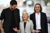 Oliver Laxe, Benedicta Sánchez y Amador Arias, ayer, en la presentación de 'O que arde' en Cannes.