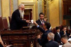 GRAF5302. MADRID.- El presidente de la Mesa de Edad, el socialista burgalés Agustín <HIT>Zamarrón</HIT> (i), recoge el voto del presidente del Gobierno en funciones, Pedro Sánchez (d), en la sesión constitutiva de las nuevas Cortes Generales de la XIII Legislatura que se celebra este martes en el Congreso de los Diputados de Madrid.