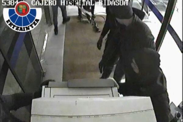 Imagen del asalto a uno de los cajeros automáticos.