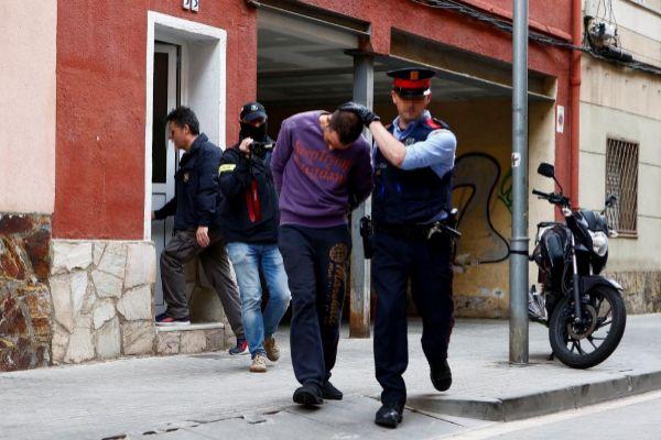 GRAFCAT8289. BARCELONA.- Un Mosso d'Esquadra custodia a uno de los dos detenidos en <HIT>Cornellà</HIT> de Llobregat (Barcelona) por su supuesta relación con la desaparición de Janet Jumillas, de 39 años, el pasado 13 de marzo en este municipio de barcelonés, tras finalizar el registrar de su domicilio por miembros de la policía científica.