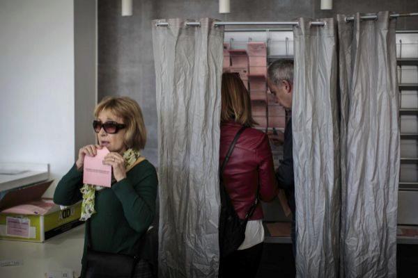 Varias personas escogen su voto en las elecciones