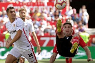 Yeray Álvarez despeja un balón en el Pizjuán.