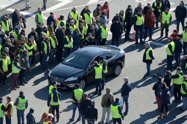 Taxistas frenan un coche de cabify en las últimas protestas del sector en Barcelona