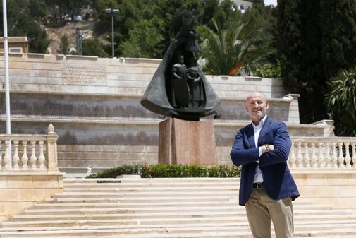 Nicolás Martínez en una céntrica plaza de Ibi, su municipio.