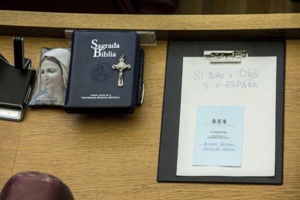 Los diputados de Vox, juran su cargo sobre una biblia y un crucifijo en la sesión inaugural de Les Corts