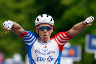 Arnaud Démare celebra su victoria al sprint.
