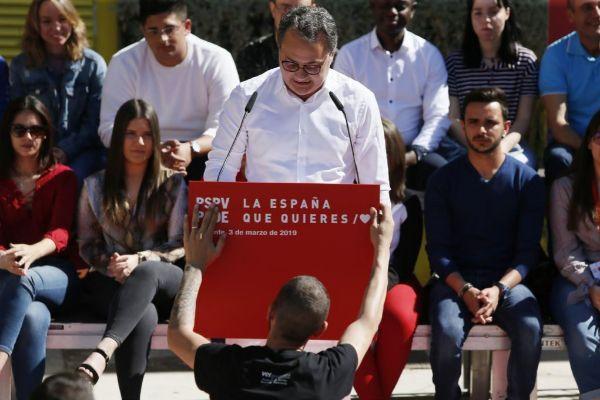 El candidato del PSOE de Alicante, Paco Sanguino, en un acto en un barrio antes de la campaña.