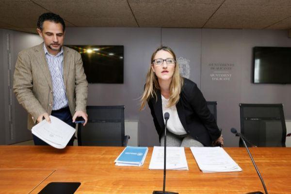 El concejal Israel Cortés y la portavoz del equipo de Gobierno, Mari Carmen de España (PP), en una imagen de archivo.