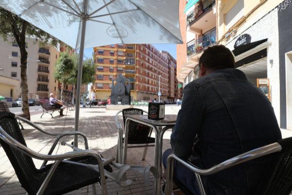 Germán P. en la cafetería Antic, frente a La Panderola de Sequiol.