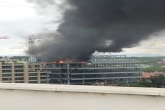 La azotea del edificio en obras ardiendo esta tarde.
