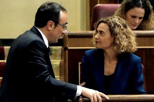 Meritxell Batet hablando ayer en el congreso con el golpista Josep...