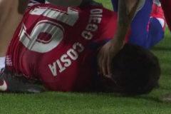 Diego Costa, tendido sobre el césped de Jerusalén.