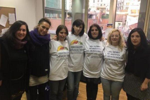 La detenida también aparece en la foto de Infancia Libre con miembros...