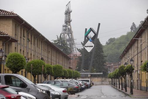 Barriada en la localidad de Ciaño (Asturias) con el Pozo María Luisa...