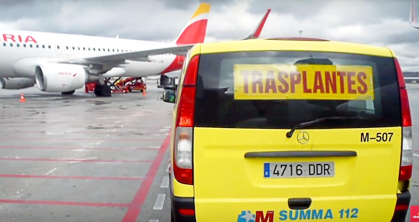 Una furgoneta del SUMA espera la llegada de unos órganos transplantables en un avión.