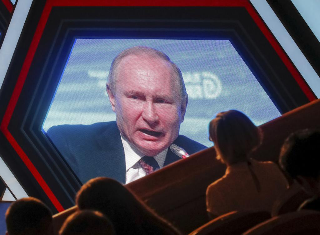 Participants watch an electronic screen showing Russian President Vladimir <HIT>Putin</HIT> as he speaks at a business forum Delovaya Rossiya in Moscow, Russia February 6, 2019. REUTERS/Maxim Shemetov - RC17AF6E1CE0