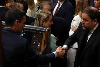 -FOTODELDIA- GRAF5299 MADRID.- El presidente del Gobierno en funciones, Pedro <HIT>Sánchez</HIT> (i), saluda al diputado electo en prisión preventiva de ERC Oriol <HIT>Junqueras</HIT>, durante la sesión constitutiva de las nuevas Cortes Generales que se celebra este martes en el Congreso de los diputados de Madrid.