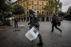 Agente de Policía requisando una urna el 1-O en Barcelona