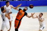 GRAF5827. MADRID.- El pívot montenegrino del <HIT>Valencia</HIT> Basket, Bojan Dubljevic (c), ante los jugadores del Real Madrid, durante el partido aplazado de la penúltima jornada de la fase regular de la Liga ACB disputado hoy en el WiZink Center de Madrid.
