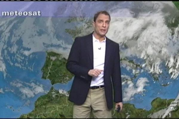 Carlos Cabreara dando el parte del tiempo en Telecinco.