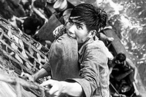 Un refugiado vietamita escala por un barco de EEUU en 1979