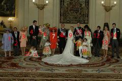 Foto familiar oficial de la boda entre Don Felipe y Doña Letizia, el 22 de mayo de 2004.