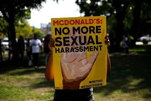 un empleado de McDonald's sostiene un cartel durante una protesta contra el acoso sexual en el lugar de trabajo, en Chicago, Illinois.